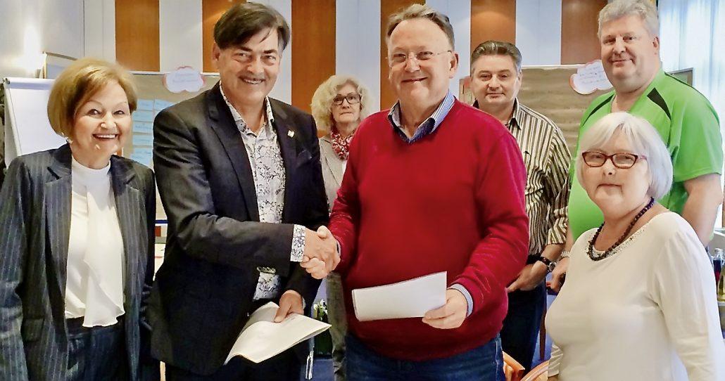 Gute Stimmung! Die DDF und der DDB Brandenburg haben einen Kooperationsvertrag unterzeichnet. Bildmitte: Dr. Klaus-Dieter Warz und Wilfried König, 1. Vorsitzender des DDB Brandenburg.